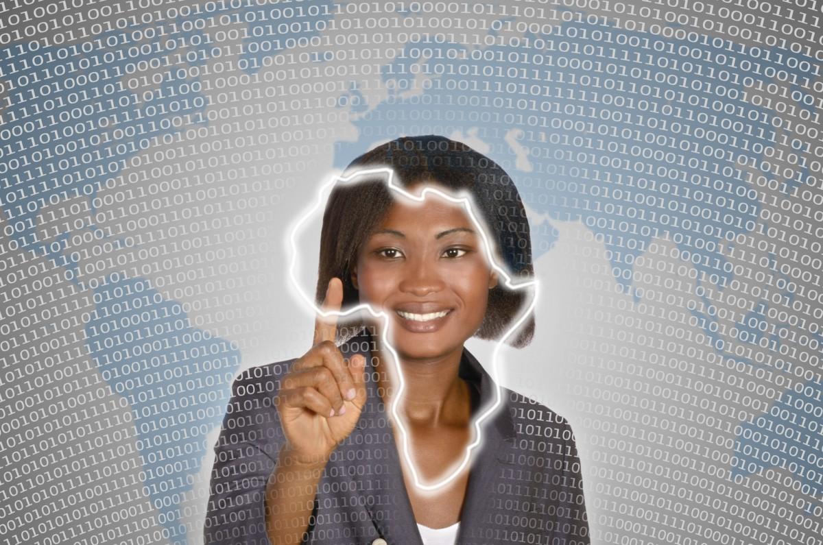 Afrikanische Geschäftsfrau im digitalen Ambiente berührt virtuellen Afrikakarte, Studioshot, Montage